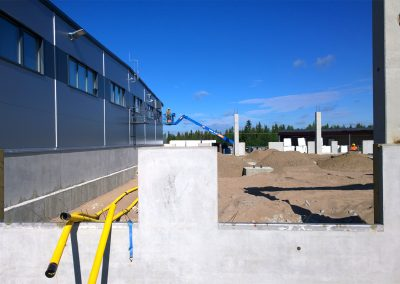 Sokkeleiden asennusta terminaalityömaalla Rovaniemellä