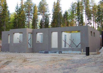 Elementer til et frittstående hus reist i Ylläsjärvi.