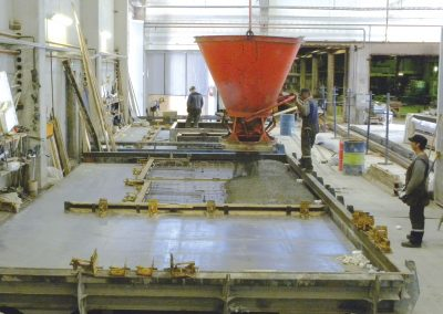 Gjutning av betongelement i fabriken.