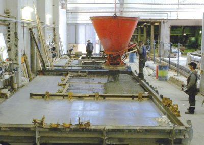 Støping av betongelementer på fabrikken.